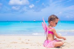 Förtjusande liten flicka med vingar som fjäril på Royaltyfria Foton