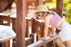 Förtjusande liten flicka på den tropiska semesterorten, solig sommardag royaltyfria bilder