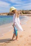 Förtjusande liten flicka på den tropiska stranden under Fotografering för Bildbyråer