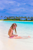 Förtjusande liten flicka på stranden under sommar Royaltyfria Foton