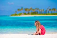 Förtjusande liten flicka på stranden under sommar Arkivbilder