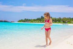 Förtjusande liten flicka på stranden under sommar Fotografering för Bildbyråer
