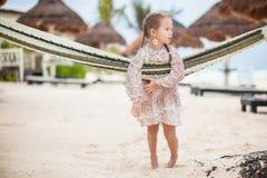Förtjusande liten flicka på tropiskt koppla av för semester Arkivbilder