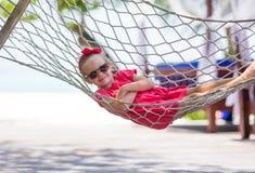 Förtjusande liten flicka på tropiskt koppla av för semester Arkivfoto