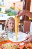 Förtjusande liten flicka som har frukosten på Royaltyfri Bild