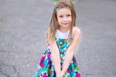 Förtjusande liten flicka som ler i en parkera Royaltyfri Fotografi