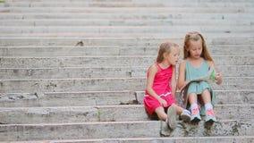 Förtjusande liten flicka som ser den touristic översikten i roman gator i Italien Lyckliga toodlerungar tycker om italiensk semes stock video