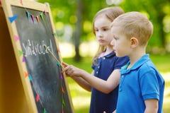 Förtjusande liten flicka som spelar en lärare Royaltyfri Fotografi