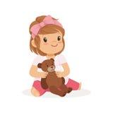 Förtjusande liten flicka som spelar med nallebjörnen, färgrik teckenvektorillustration stock illustrationer