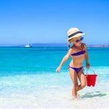 Förtjusande liten flicka som spelar med strandleksaker Arkivbilder