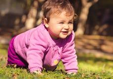 Förtjusande liten flicka som spelar på en parkera Arkivfoton