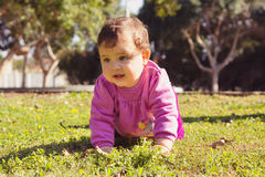 Förtjusande liten flicka som spelar på en parkera Arkivbilder