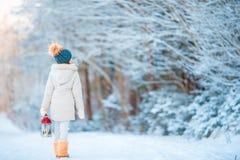 Förtjusande liten flicka som utomhus bär det varma laget på gå för ficklampa för juldag hållande Fotografering för Bildbyråer