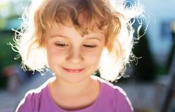 Förtjusande liten flicka tagen closeup utomhus royaltyfri fotografi