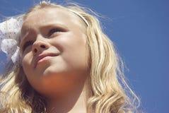 Förtjusande liten flicka tagen closeup utomhus i sommar royaltyfri bild