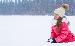 Förtjusande liten flicka utomhus på vintersnödag arkivbilder