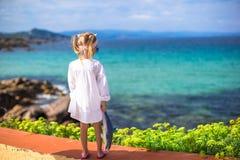 Förtjusande liten flicka utomhus under sommar Arkivbild
