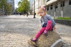 Förtjusande liten flickasammanträde på en vagga på varm och solig sommardag Fotografering för Bildbyråer