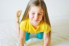 Förtjusande liten flickavisningtunga Arkivbild