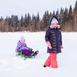Förtjusande liten lycklig flicka som sledding henne som är gullig Royaltyfri Fotografi