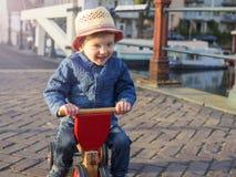 Förtjusande litet barn på en trehjuling Royaltyfri Fotografi