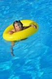 Förtjusande litet barn som kopplar av i simbassäng Fotografering för Bildbyråer