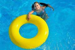 Förtjusande litet barn som kopplar av i simbassäng Arkivbilder