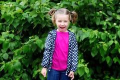Förtjusande litet barnflicka på den regniga dagen i höst Fotografering för Bildbyråer
