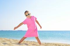 Förtjusande litet barnflicka på stranden arkivbilder