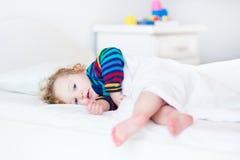 Förtjusande litet barnflicka som vaknar upp i morgonen fotografering för bildbyråer