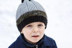 Förtjusande litet barnpojke på härlig vinterdag Royaltyfri Fotografi