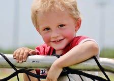 Förtjusande litet barnpojkeslut upp Arkivfoton