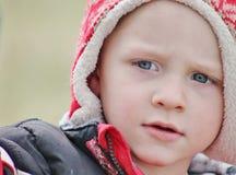 Förtjusande litet barnpojkeslut upp i en vinterhatt Royaltyfri Fotografi
