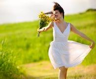 förtjusande lycklig hoppande over sommarkvinna Royaltyfria Foton