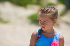 Förtjusande lycklig le liten flicka på stranden Royaltyfri Foto