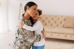 Förtjusande moder och barn som kramar sig Arkivfoton