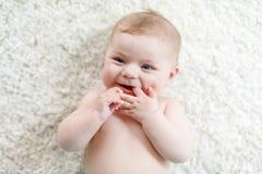 Förtjusande naket behandla som ett barn flickan på vit bakgrund Royaltyfria Foton