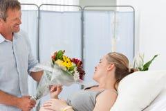 Förtjusande par i en sjukhuslokal Arkivfoto