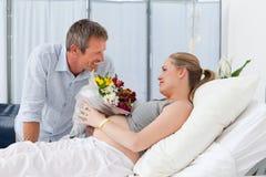 Förtjusande par i en sjukhuslokal Arkivbilder