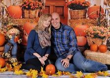 Förtjusande par med den färgrika nedgångbakgrunden Royaltyfri Bild
