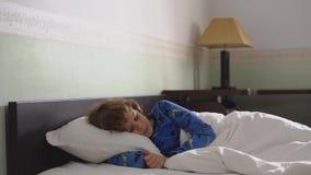 Förtjusande pojke för litet barn som sover i sängen Tyst morgon för tyst sömn arkivfilmer