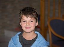 Förtjusande pojke i en leksakkrona Royaltyfri Fotografi