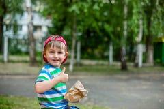 Förtjusande pojke som ger tummen Royaltyfri Bild