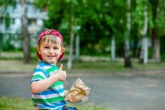 Förtjusande pojke som ger tummen Royaltyfria Foton