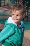 Förtjusande pojke som spelar i trädgården Royaltyfri Bild