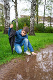 förtjusande pojke under regnet Royaltyfria Bilder