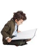 förtjusande pojkeavläsning royaltyfria bilder