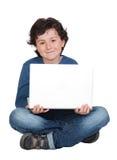 förtjusande pojkebärbar dator little som sitter Royaltyfria Bilder