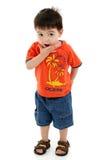 förtjusande pojkeframsidor som gör den enfaldiga litet barn Fotografering för Bildbyråer