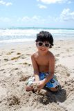 förtjusande pojkelatinamerikanpöl royaltyfri foto